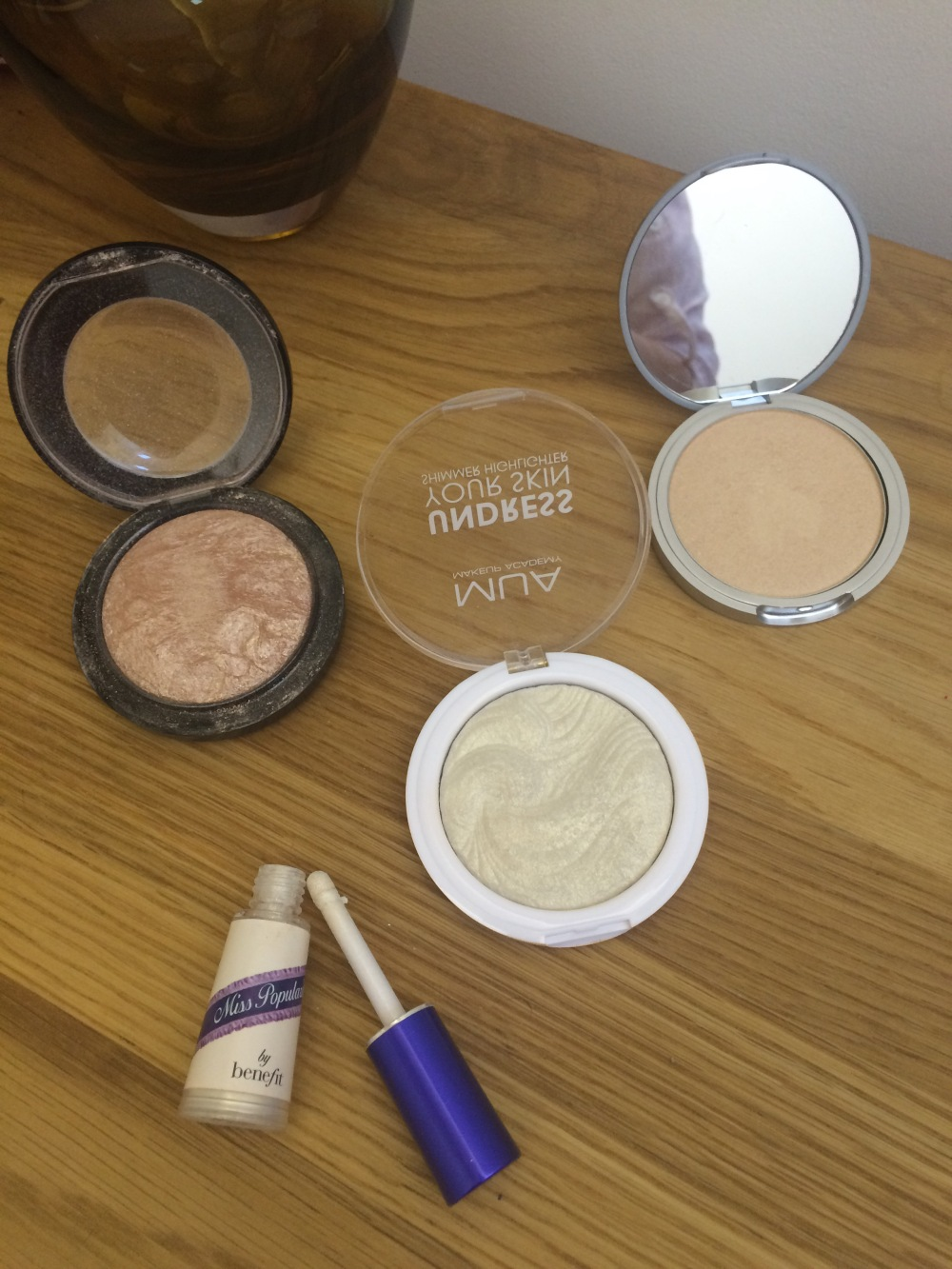 powder-highlighter-products-Undress-your-skin-soft-and-gentle-maryloumaniser-